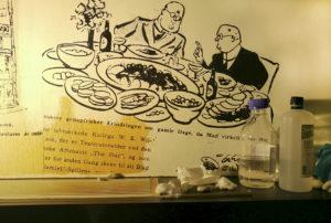 Under rensning af forstørrede kopier af Storm P.'s avistegninger på Ida Davidsens restaurant