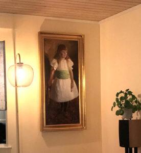 Maleri på lærred med en stående pige i hvid kjole efter restaurering