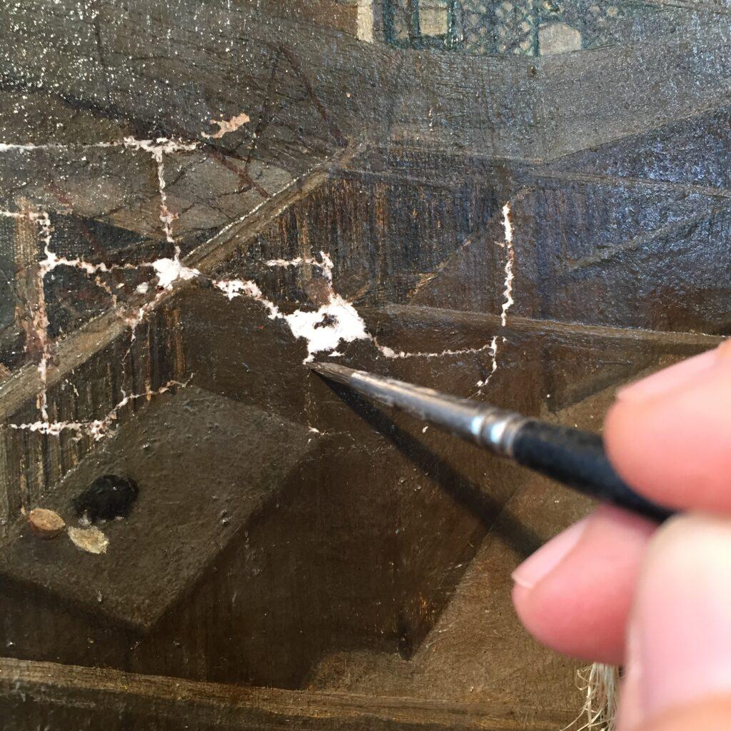 En flænge bliver retoucheret efter at have været repareret med kridt og lim